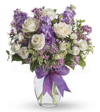 buoquet-di-rose-bianche-e-fiorellini-misti-viola