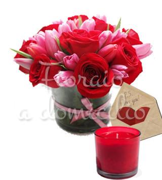 bouquet-di-rose-e-tulipani-con-candela-e-bigliettino